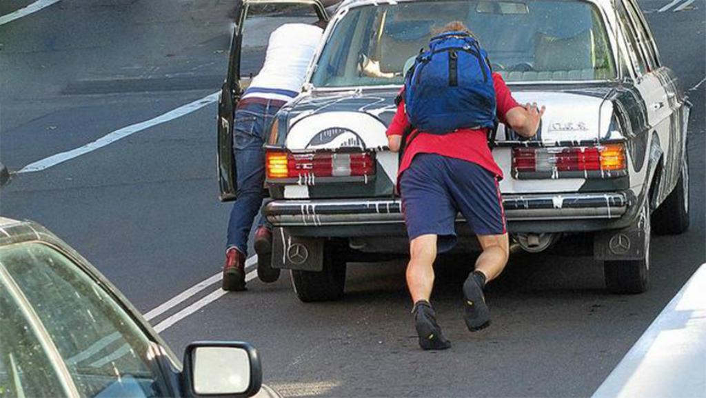 Empujar el coche puede afectar a tu catalizador.