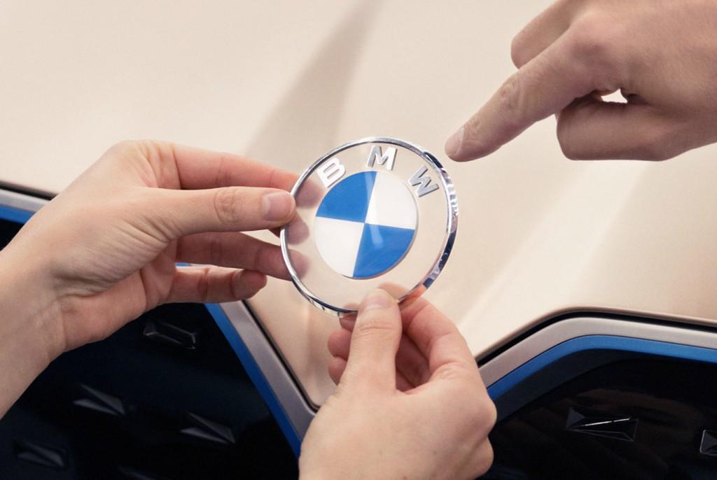 BMW presentó, junto con su nuevo Concept i4, su nuevo logotipo.