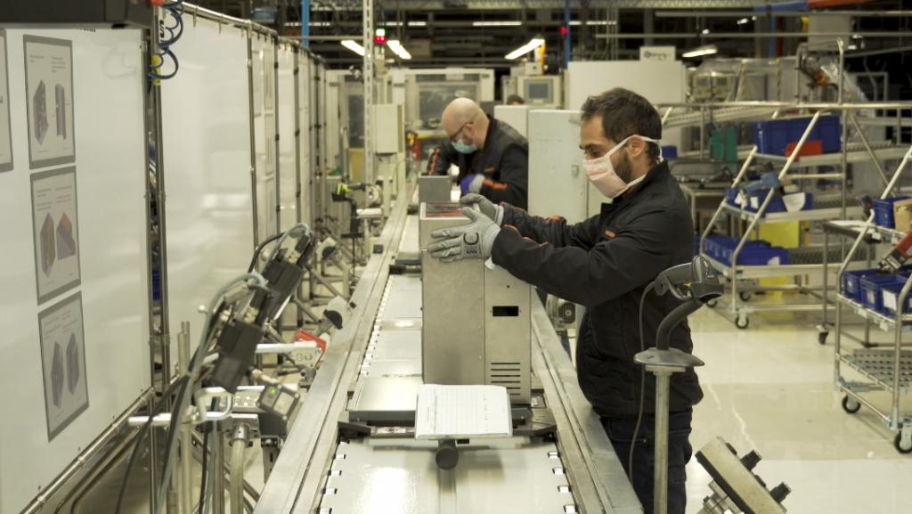 La armadora española, SEAT, está fabricando ventiladores para ayudar a gente con COVID-19.