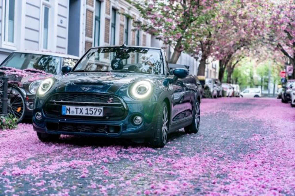 MINI invita a iniciar la primavera con su sidewalk convertible.