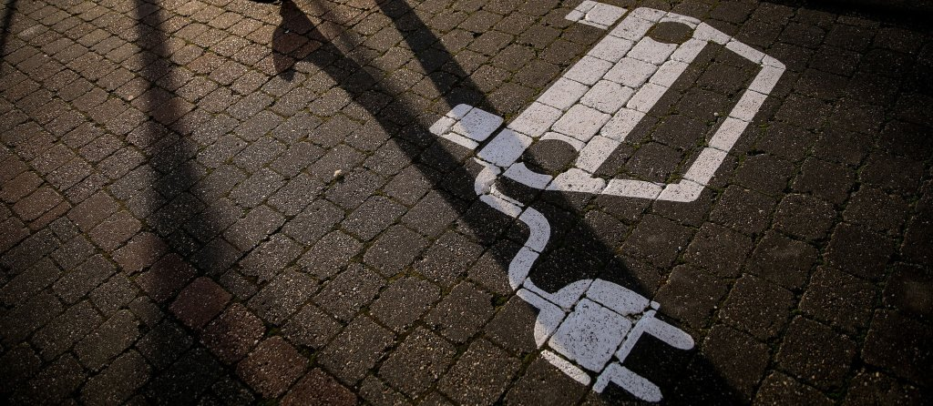 Bloomberg lanzó que vehículos eléctricos caerán en 18% en ventas